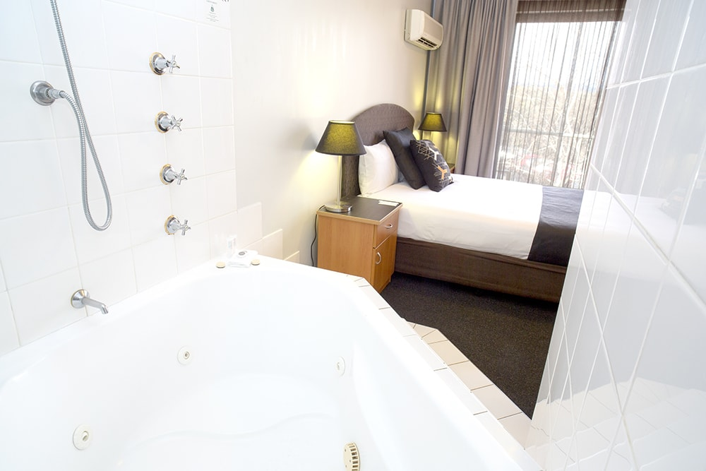 Alpha Hotel Canberra Spa Suite