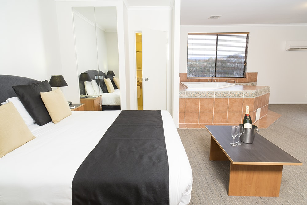 Alpha Hotel Canberra Honeymoon Room